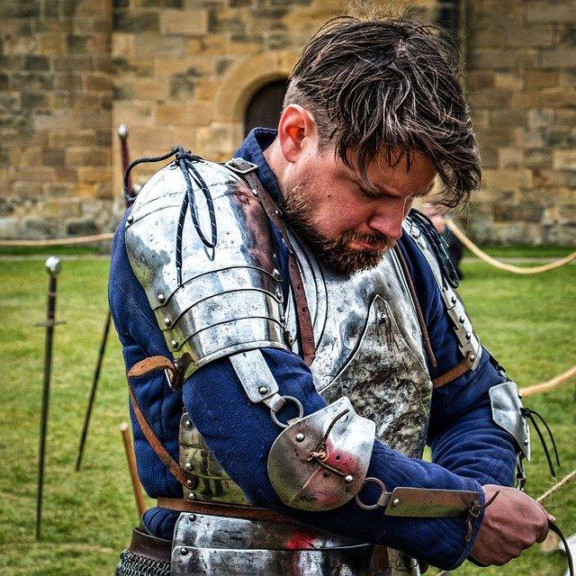 Рыцарь одевает броню