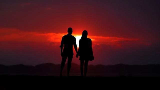 Влюбленные уходят в закат