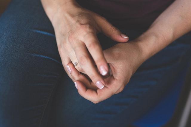 Женщина снимет обручальное кольцо