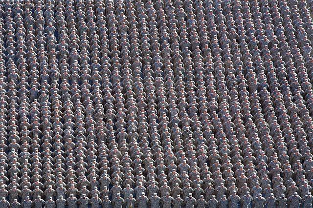 Очень много военных