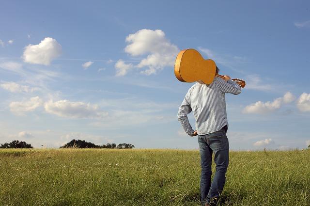 Влюбленный мужчина с гитарой