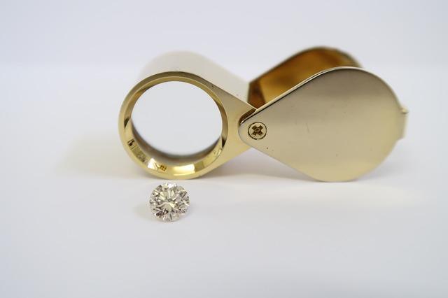 Лупа и бриллиант
