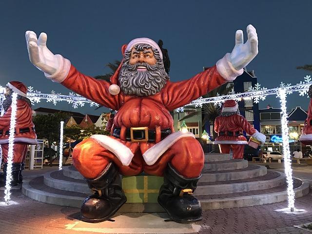 Санта-Клаус обнимает
