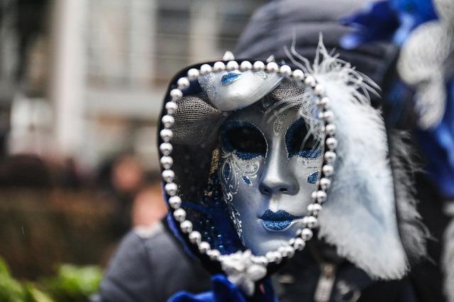 Отражение женщины в маске