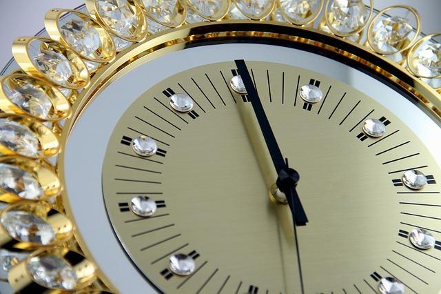 Золотые часы с драгоценными камнями