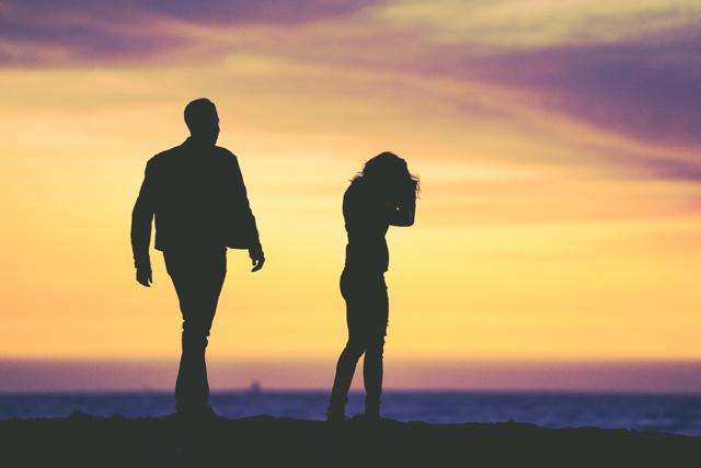Мужчина и женщина расходятся