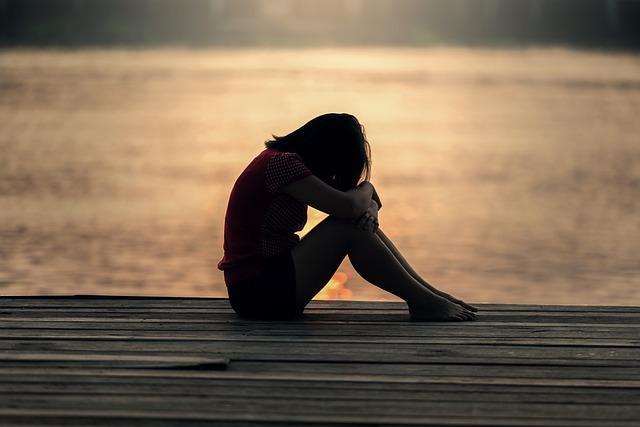 Одинокая девушка грустит