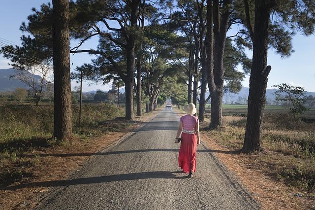 Девушка уходит по дороге