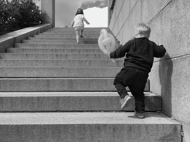 Мальчик бежит за девочкой