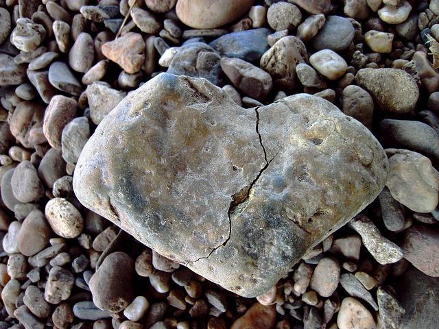 Камень в виде сердца с трещиной