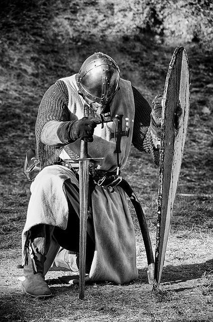 Рыцарь преклонился на одно колено