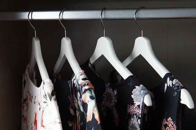 Женские платья на вешалках