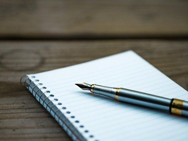 Перьевая ручка и блокнот