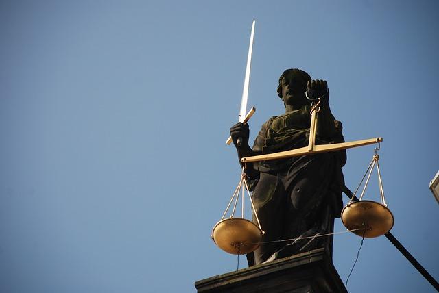 Статуя правосудия с весами и мечом