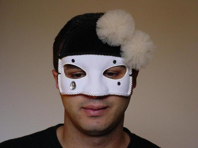 Грустный мужчина в маске