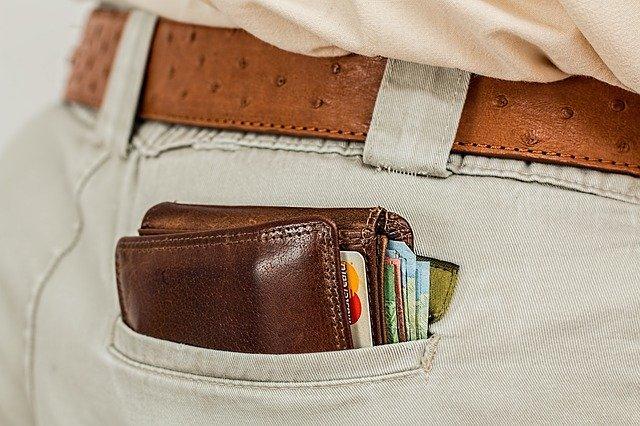 Кошелёк в кармане с деньгами и картами