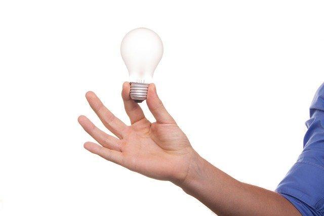 Лампочка в руке