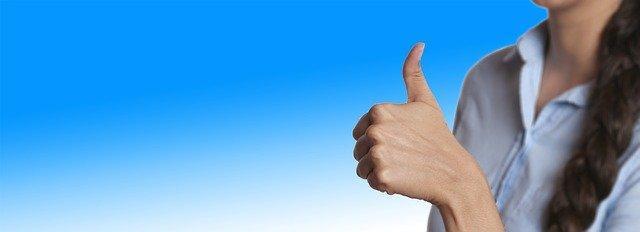 Женщина с поднятым вверх большим пальцем