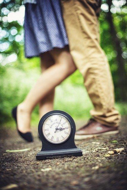 Мужчина женщина и часы