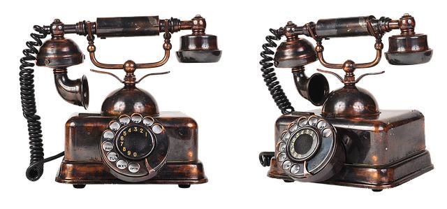 Два винтажных телефона