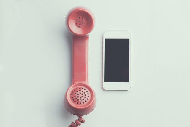 Две телефонные трубки разного возраста