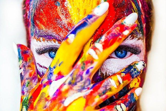Лицо девушки в краске