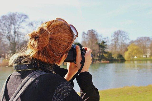 Девушка увлечена фотосъёмкой