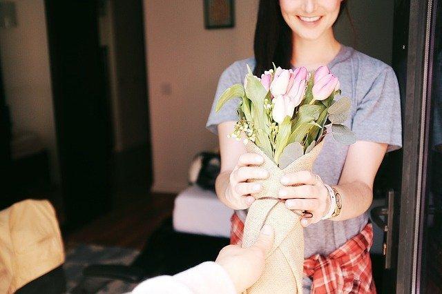 Девушке дарят букет цветов