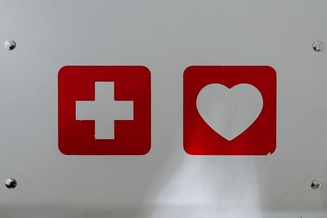 Значок первой помощи и сердце