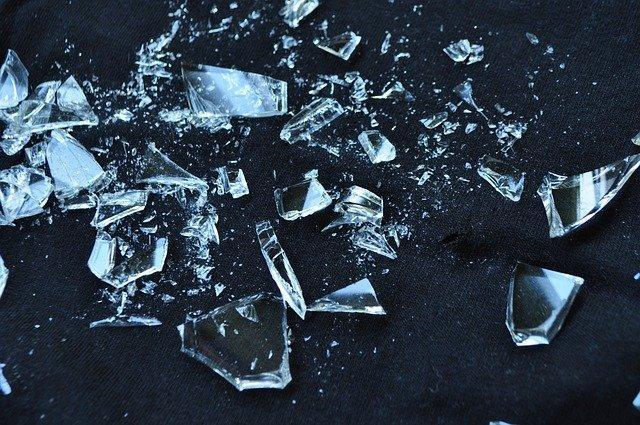 Разлетающиеся стеклянные осколки