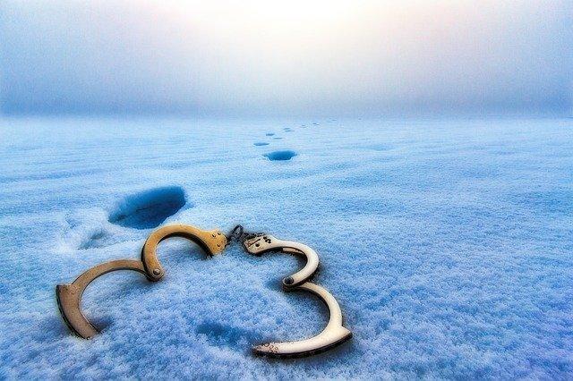 Открытые наручники и удаляющиеся следы