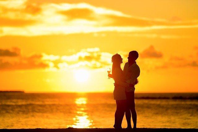 Романтичные мужчина и женщина на закате