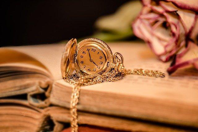 Часы, книга и роза
