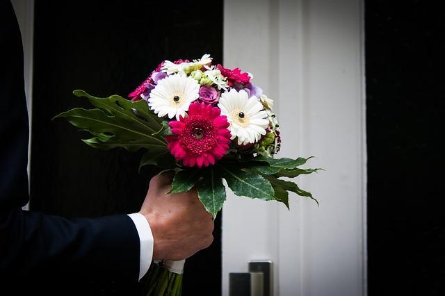 Мужчина с букетом цветов