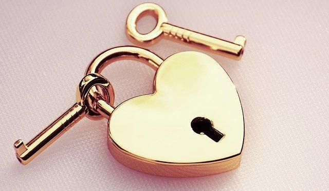 Замок в виде сердца с ключами