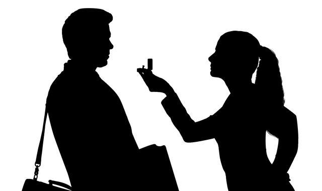 Женщина заставляет мужчину жениться