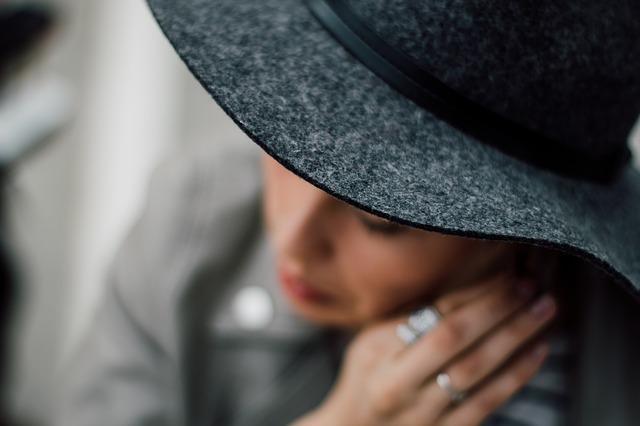 Стильная девушка в шляпе