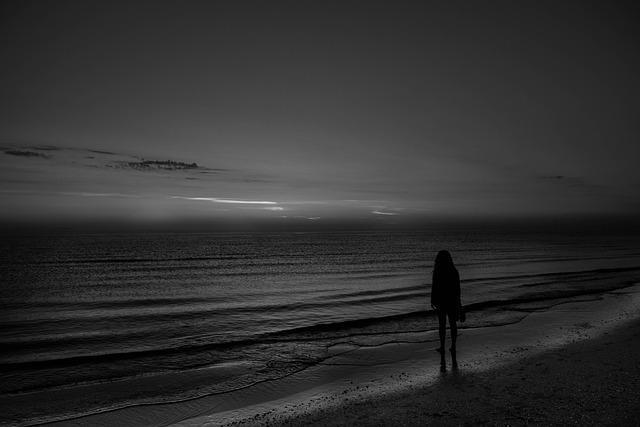 Грустная девушка на пляже