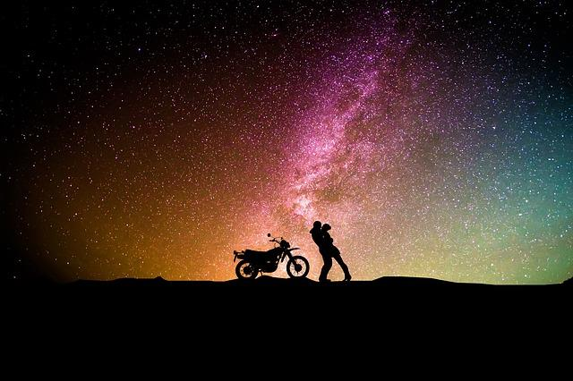 Мужчина и женщина на фоне ночного неба