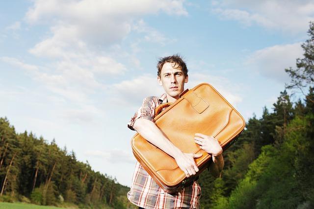 Мужчина с чемоданом в руках