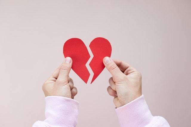 Разбитое сердце в руках