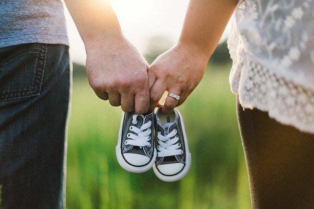Мужчина и женщина держат женскую обувь в руках