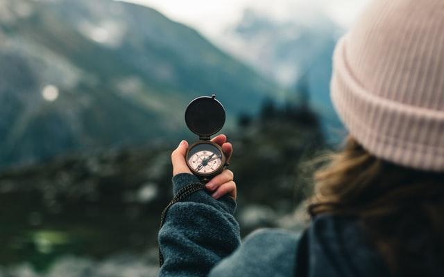 Девушка с компасом в руке