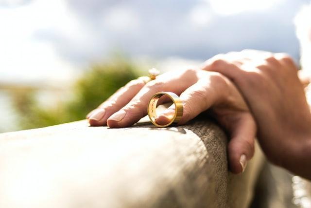 Девушка сняла обручальное кольцо