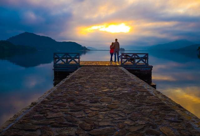 Влюблённая пара смотрит на закат
