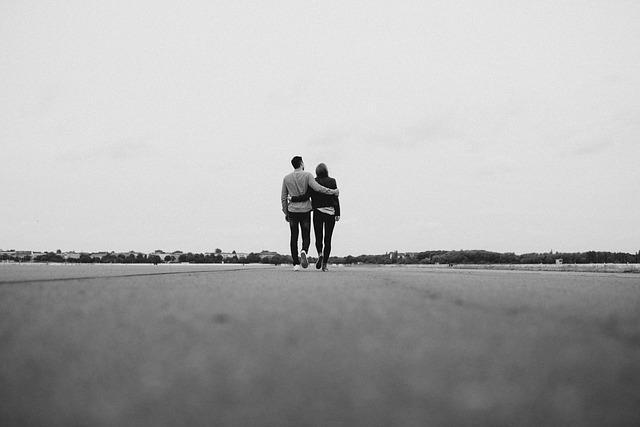 Парень и девушка обнимаясь идут по дороге
